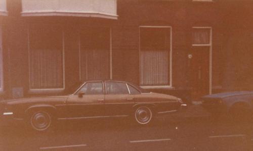 Pontiac voor de deur in de Pijnboomstraat