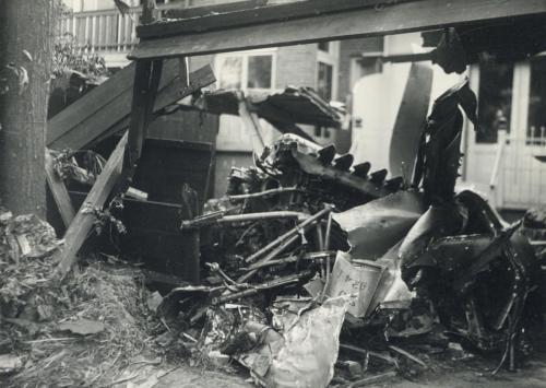 binnenplaats van Garage Landeweer (Biltstraat 74) te Utrecht neergekomen vliegtuigmotor, een brokstuk van het neergeschoten Lancaster ED928-B vliegtuig. N.B.
