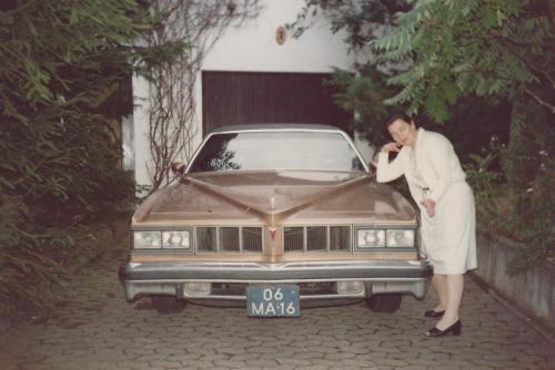 Mijn moeder bij de Pontiac in Königsfeld